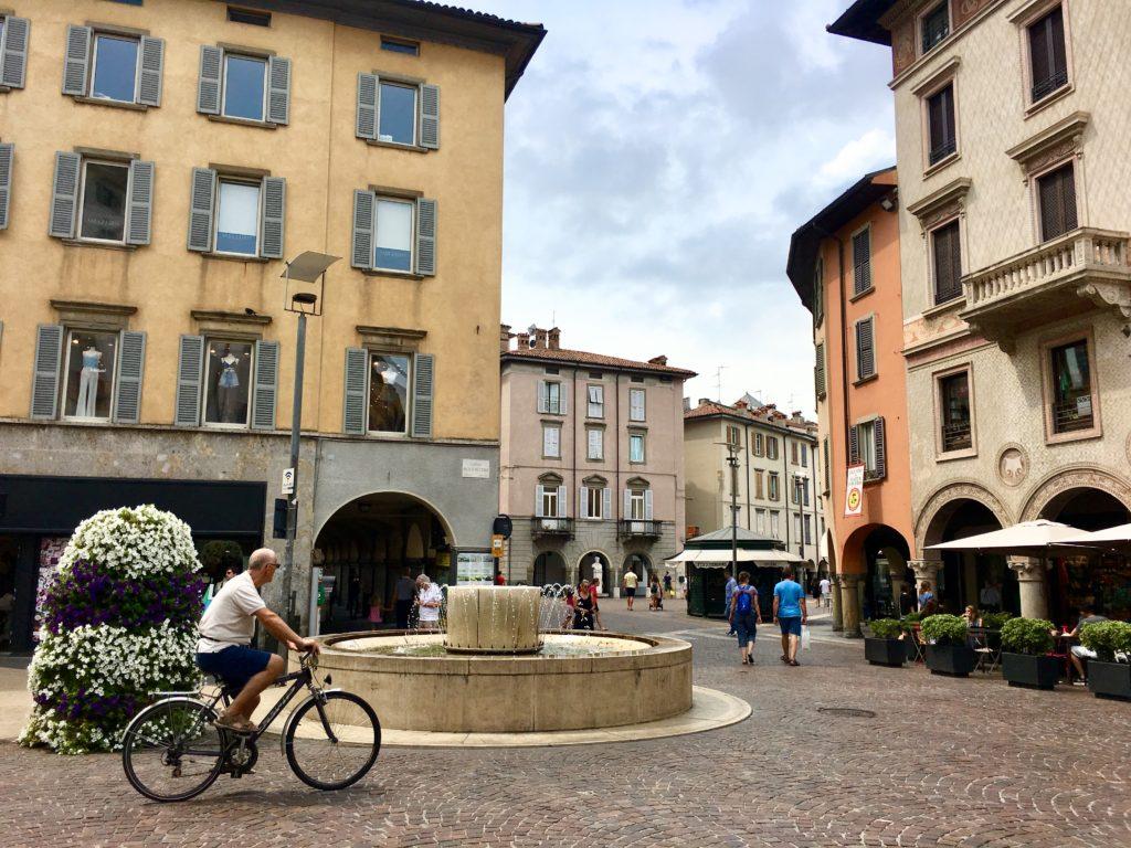 Piazza Pontida Bergamo in estate